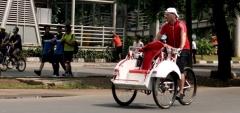 Bule Nyentrik Berkeliling Ibukota Dengan Becak