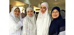 Jadi Mualaf, Sophia Latjuba Tampil Cantik Dengan Mukena