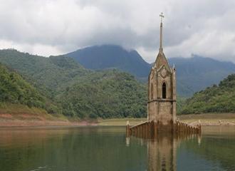 Unik! Gereja Ini Muncul Kembali Setelah Tenggelam 30 Tahun Lebih