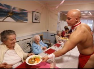 Para Pelayan di Rumah Jompo Ini Kekar Berotot dan Hanya Mengenakan Celemek