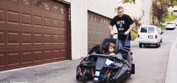 Super-Fan Builds Rancang Kereta Bayi Batman